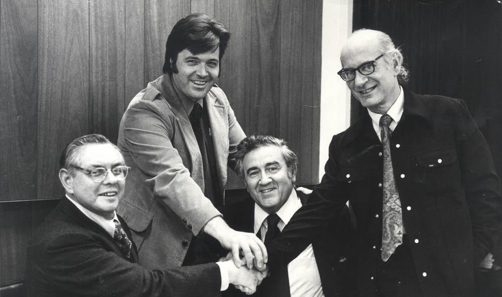 Joe Shuster og Jerry Siegel (siddende) fejrer triumfen sammen med Neal Adams og Jerry Robinson.