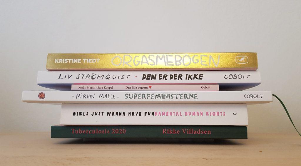 Bogstak indeholdende Orgasmebogen (Tiedt), Den er der ikke (Strömquist), Den lille bog om (Mørch/Koppel), Superfeministerne (Malle) Girls just wanna have fun(damental human rights (Hallbäck), Tuberculosis 2020 (Villadsen)